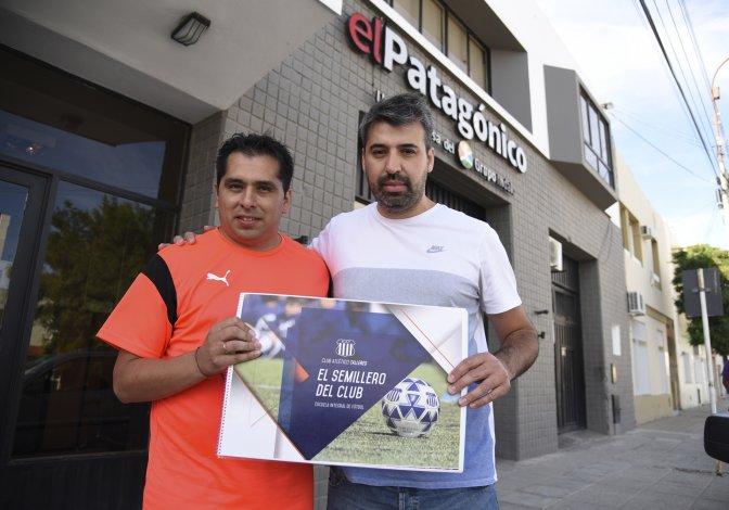 Alexis Cabrera y Mario Corzo brindaron detalles de la nueva escuela de fútbol que se abrirá en Comodoro Rivadavia.