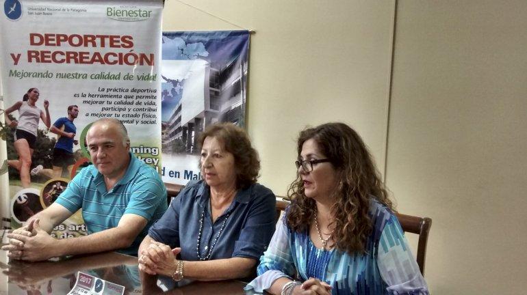 Referentes y autoridades de la UNPSJB en la presentación del Torneo de Fútbol Playa.