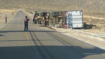un camion volco luego de chocar con un auto en la bajada de los palitos