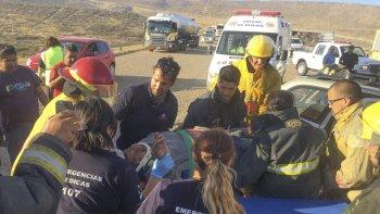 El espectacular accidente movilizó a gran cantidad de automovilistas que pasaban por el lugar. Luego llegaron los socorristas profesionales.