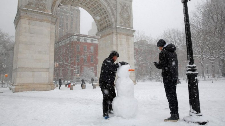 Neoyorquinos hicieron muñecos de nieve en le Washington Square Garden.