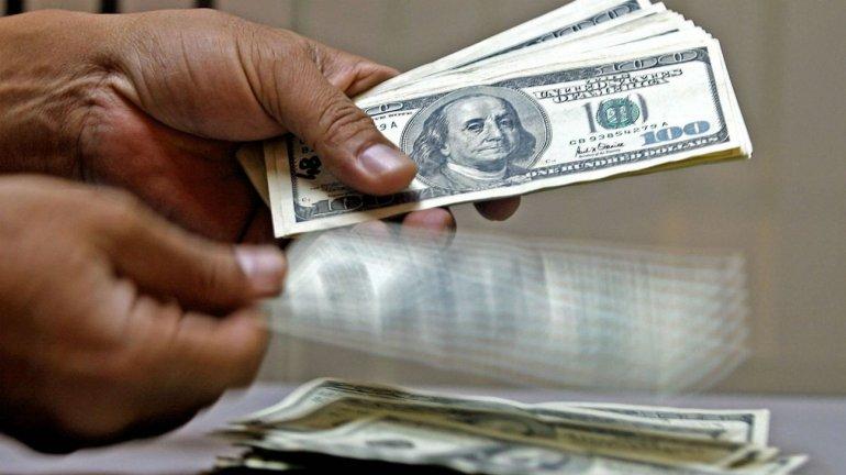 El dólar cayó a su mínimo del año