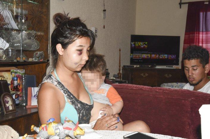 Yesica Ponce fue atropellada el martes en Alvear 40 cuando se disponía a cruzar la calle junto a su hijo. El automovilista todavía no fue localizado y los familiares culpan a la Seccional Segunda de no avanzar con la investigación.