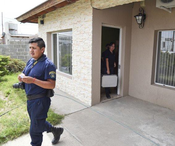 Raid delictivo. Los delincuentes que barretearon la puerta en la casa de Palazzo (foto) y se llevaron dos televisores