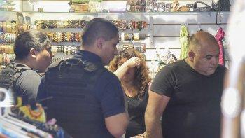Un momento de angustia y miedo tuvo que pasar la empleada de Zoco, que ayer fue víctima de un asalto a mano armada en la tienda ubicada en Belgrano al 900.