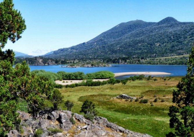 La belleza del Lago Pularí forma parte del Circuito Pehuenia.