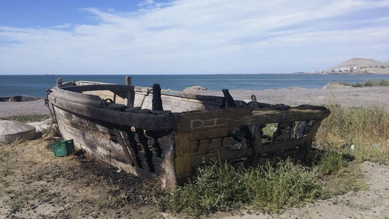 La asociación Detrás del Puente pedía que cercaran e iluminaran la embarcación