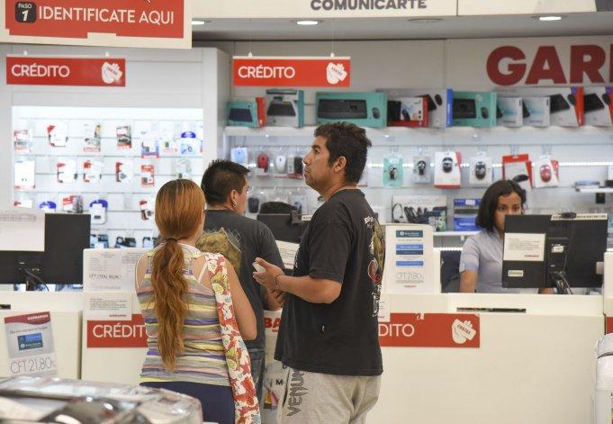 Muchos comercios céntricos comenzaron a colocar carteles para que las personas sepan que los precios exhibidos son para las compras en un solo pago efectivo