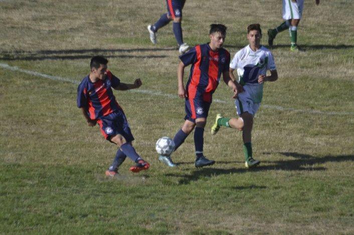 Gustavo Vivar cuida la pelota para intentar un avance en el impresentable estadio Juan Domingo Perón.