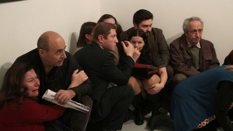 También registró los rostros de las personas que, azoradas, fueron testigos del crimen. (AP Photo/Burhan Ozbilici)