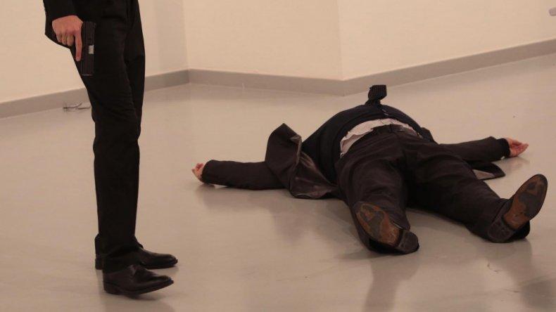 El cuerpo de Karlov yace junto a su asesino. (AP Photo/Burhan Ozbilici)