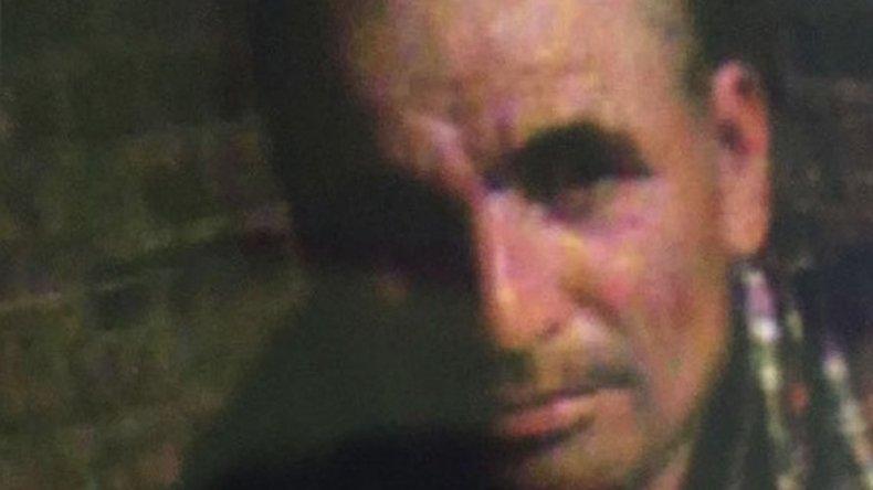Un hombre con antecedentes asesinó a puñaladas a su mujer y huyó con la hija de 3 años.