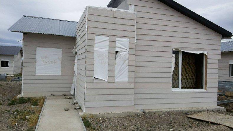 Familias reclaman por el estado en que les entregaron sus viviendas