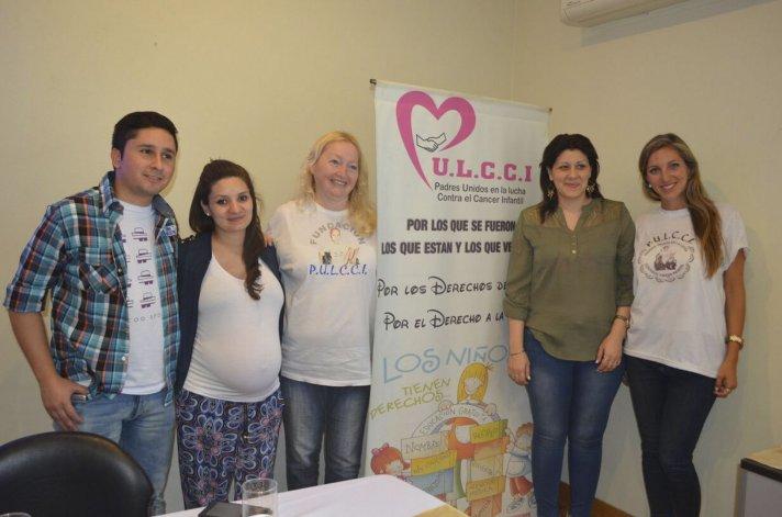 Integrantes de la Fundación PULCCI junto a los graduados universitarios que trabajaron en la página web.