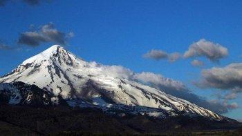 mantienen el alerta amarillo por la actividad del volcan lanin