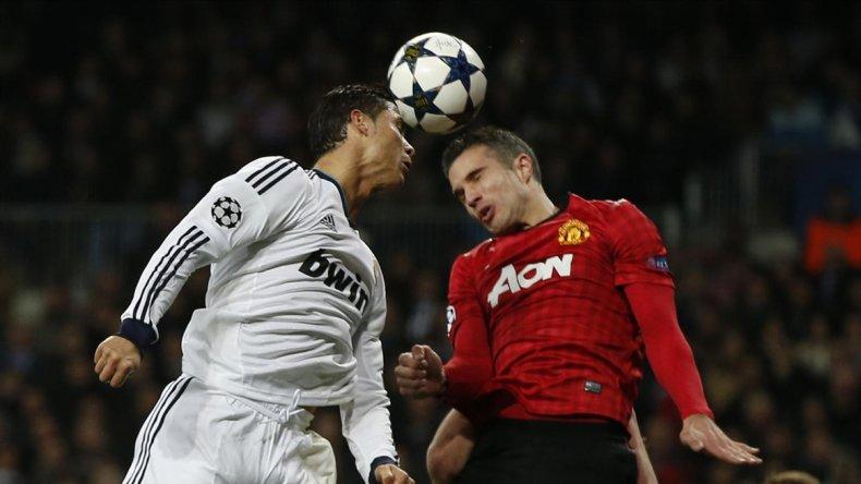 Cabecear la pelota de fútbol es riesgoso  para el cerebro