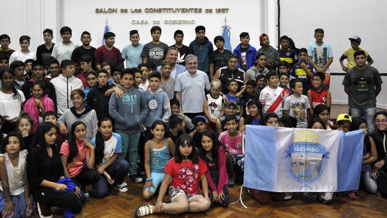 El Gobernador de Chubut en el anuncio de que están los 19 millones de pesos para comenzar la pileta olímpica en Comodoro Rivadavia. <br>
