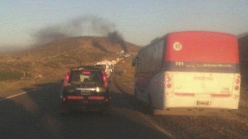 Largas filas de vehículos afectados a la industria petrolera y particulares se formaron ayer sobre la ruta Nacional 26 a raíz del piquete.