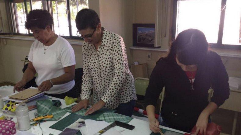 El taller de encuadernación es uno de los que más interesados reúne.