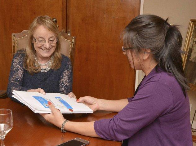 Alicia Kirchner comprometió nuevas obras en localidad de Santa Cruz.