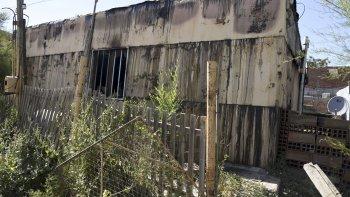 Dolor en barrio Laprida. El incendio en la vivienda de Caniza se habría iniciado en el interior del inmueble de chapa y madera.
