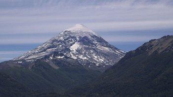 El volcán Lanín está ubicado a unos 60 kilómetros de la ciudad de Junín de los Andes, en el límite entre Argentina y Chile.