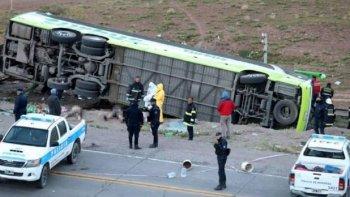 diecinueve muertos al volcar un colectivo en mendoza