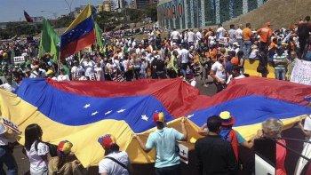 La manifestación fue convocada con el lema de no más dictadura.