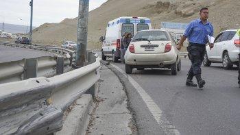 Un Ford Ka impactó contra el guardarraíl en la ruta Nacional 3 cuando se dirigía al centro de esta ciudad. Uno de sus ocupantes se fracturó el brazo derecho.