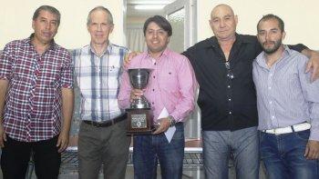 Andrés Aguilar con la Copa Jorge Laplaza del Abierto de Playa Unión.