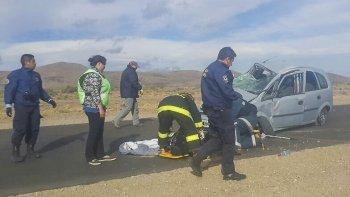 La Chevrolet Meriva quedó destrozada tras volcar sobre la ruta 40, a 55 kilómetros de Gobernador Costa.
