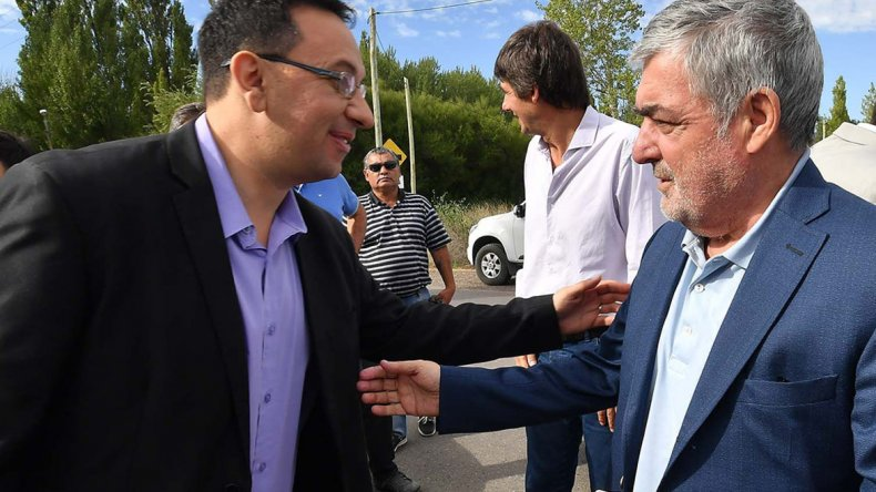 El gobernador Mario Das Neves encabezó ayer el acto de apertura de licitación para la extensión de la red de agua de la zona de chacras de Trelew.