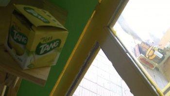 El presunto ladrón rompió a patadas el vidrio de la puerta de ingreso de  una verdulería de Sarmiento al 600. Pero su dueño dormía en el interior  y alertó a la policía.
