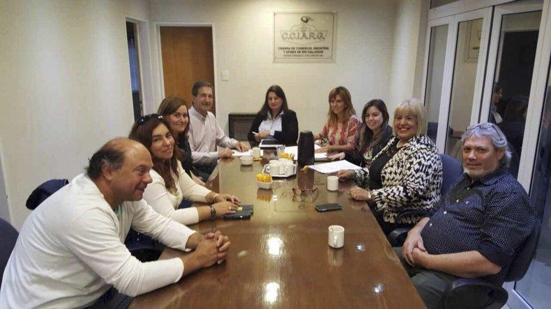El Gobierno provincial, junto a la Cámara de Comercio de Río Gallegos, y representantes de las librerías de la capital provincial, rubricaron el lunes el acuerdo de Precios Educados.