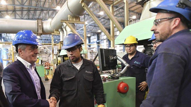 El gobernador Mario Das Neves recorrió ayer, junto a funcionarios nacionales, la planta Exal Group de Puerto Madryn.