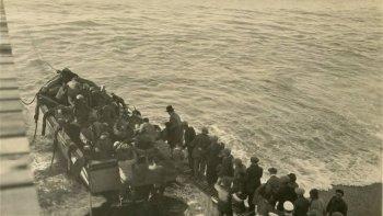 Una postal de las primeras décadas del siglo pasado cuando los barcos eran la principal vía de transporte entre Comodoro Rivadavia y Buenos Aires. Los lanchones se utilizaban para trasladar pasajeros desde la costa a los buques y viceversa.