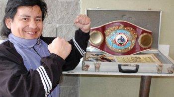 Víctor Cococho Godoi con el cinturón de campeón supermosca de la OMB. Es el único boxeador comodorense que ha conquistado una corona mundial.