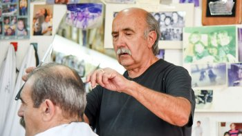 Juan Carlos, el hombre que le cortó el pelo a cuatro generaciones.