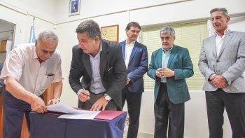 El ministro de Planeamiento Alejandro Pagani y el ingeniero de la empresa Rigel firmaron la obra de la Línea Aérea de Media Tensión de 33 Kv y la instalación de una Estación de Rebaje.