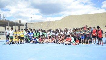 El playón se inauguró con partidos de fútbol infantil.