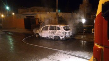 un auto se incendio en la calle y las perdidas fueron totales