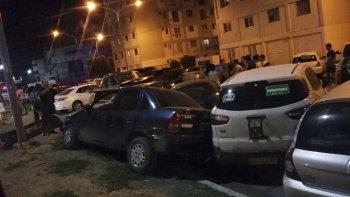 Como consecuencia del accidente cinco vehículos estacionados en el complejo habitacional Las Torres sufrieron daños.