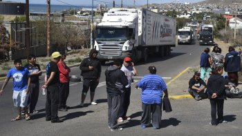 Los operarios de la Fundación Santa Cruz Sustentable protagonizaron ayer un breve piquete en el acceso norte de Caleta Olivia. Lo levantaron ante la promesa de pago del medio aguinaldo y el sueldo de enero.