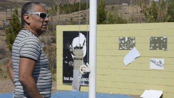 El comisionado de fomento, Jorge Soloaga, observa indignado la destrucción de murales en los que se reproducían imágenes de la historia petrolera.