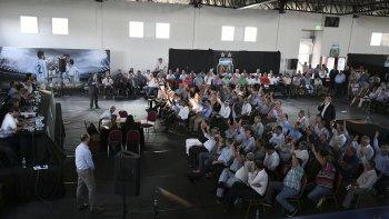 La mayoría de los asambleístas levantan la mano, para aprobar un nuevo Estatuto que trae polémica.