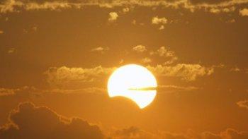 a horas del eclipse solar, camarones esta desbordado de visitantes