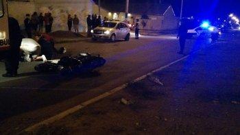 un motociclista choco con un auto estacionado