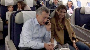 El presidente Mauricio Macri y su esposa Juliana Awada ayer durante el vuelo de regreso a Buenos Aires desde Madrid, tras la gira que realizó a España durante la última semana.
