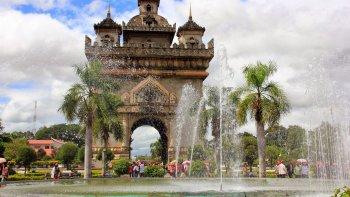 El parque Patuxai y la réplica del Arco del Triunfo.