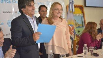 La gobernadora Alicia Kirchner recibió del intendente Juan Vázquez copia de la resolución municipal por la cual se la declaró huésped de honor.